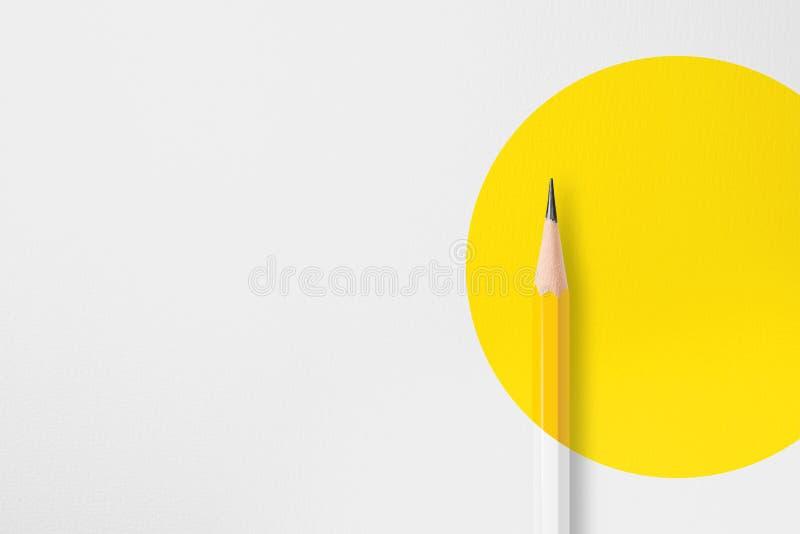 Желтый карандаш с желтым кругом стоковые фотографии rf