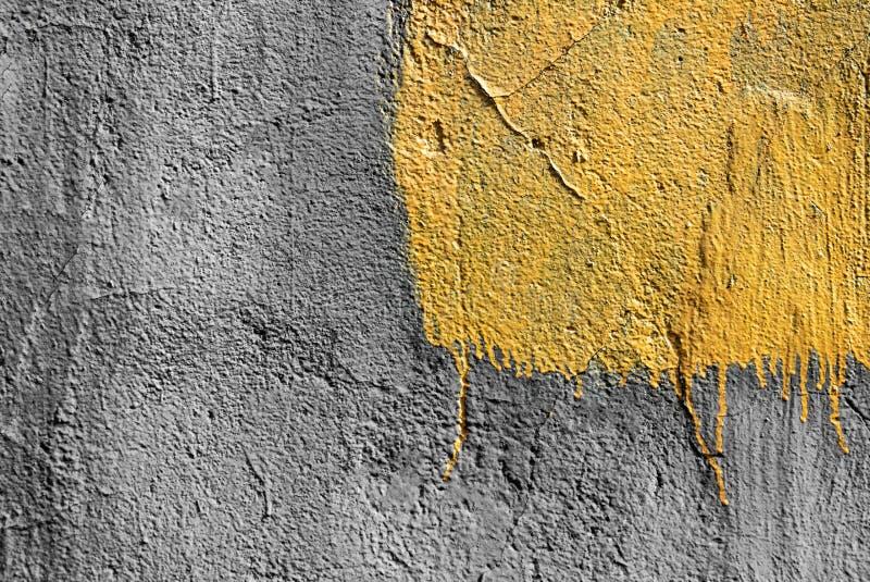 Желтый квадрат со слезать краску на серой заштукатуренной предпосылке стены r r стоковое изображение rf
