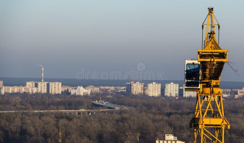 Желтый кран индустриального строительства против голубого неба стоковое изображение rf