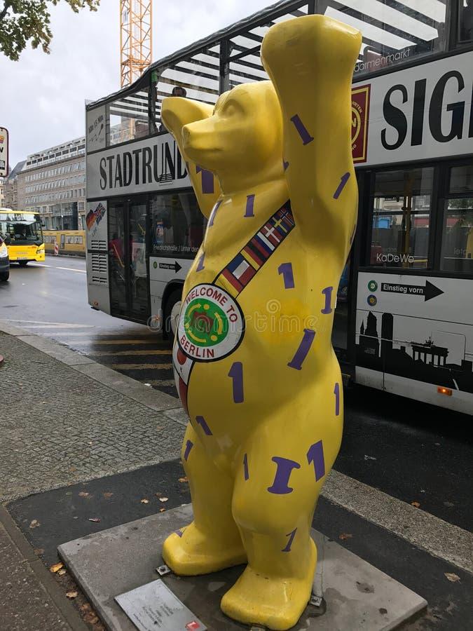 Желтый медведь Берлина вдоль липы вертепа Unter, Берлина, Германии стоковое изображение