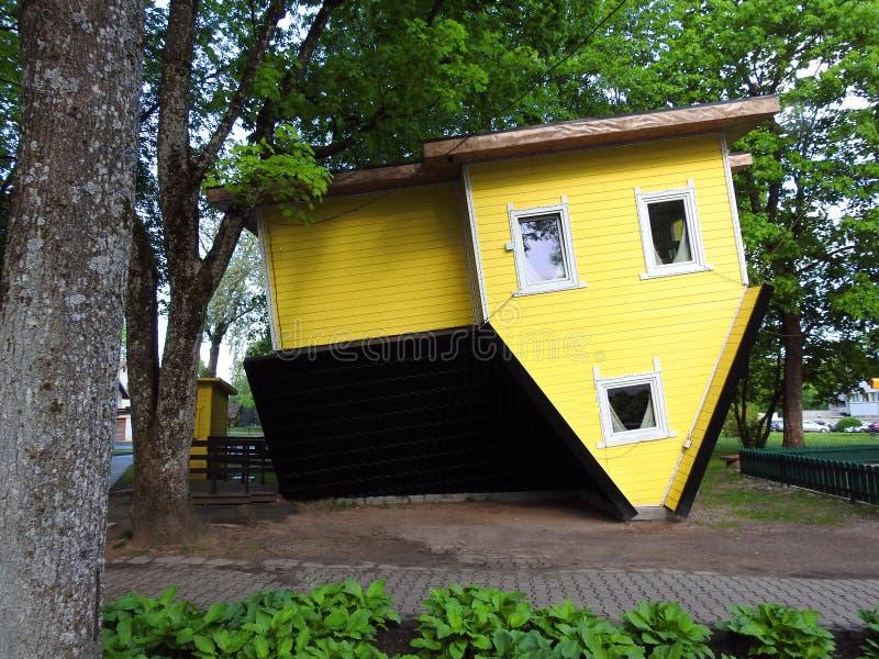 Желтый небольшой дом rollover, Литва стоковые изображения rf