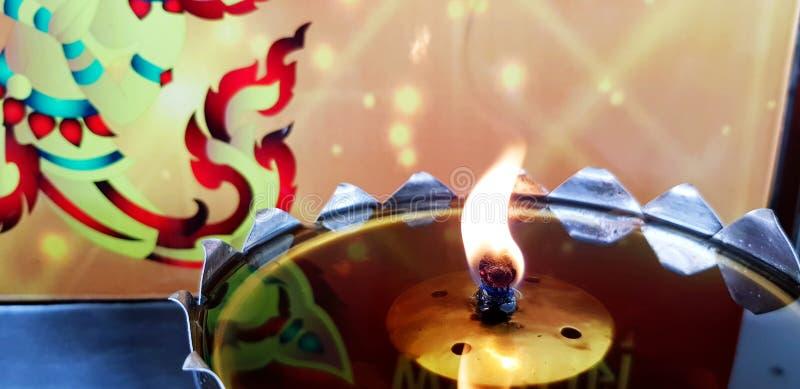 Желтый огонь или свечи в масляной лампе для поклонения или уважения к о стоковая фотография rf