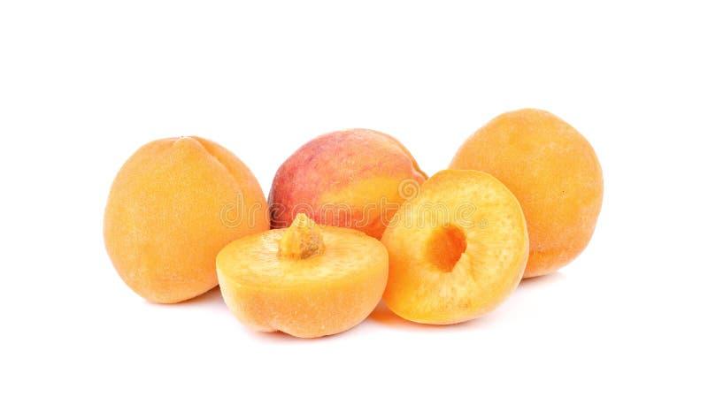 Желтый персик на белой предпосылке стоковые фотографии rf