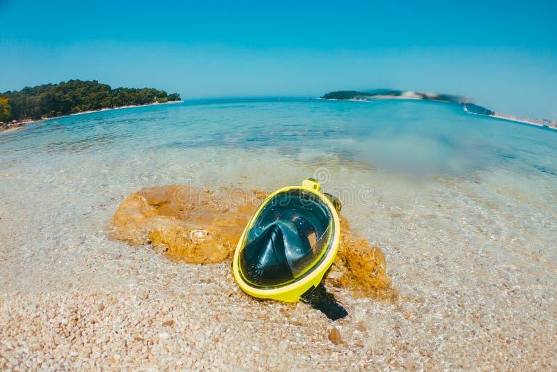 желтый пляж маски на море близкий вверх стоковая фотография rf