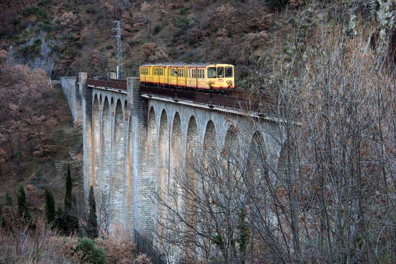 Желтый поезд Jaune поезда на мосте Sejourne стоковая фотография