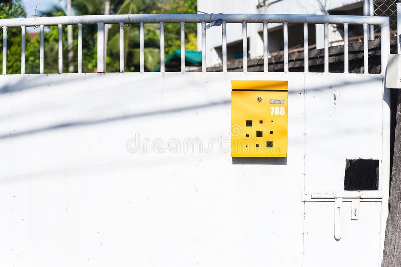 Желтый почтовый ящик на стальных дверях r стоковые изображения