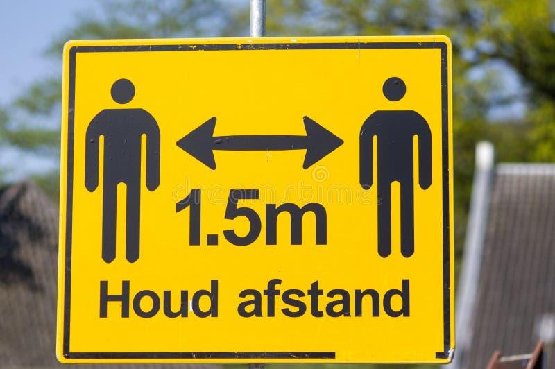 Желтый предупреждающий знак: 1 5 метров, держите дистанцию стоковые фотографии rf