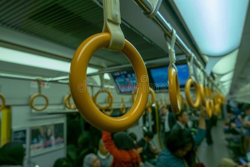 Желтый ремень руки поезда внутри поезда в Японии стоковая фотография rf