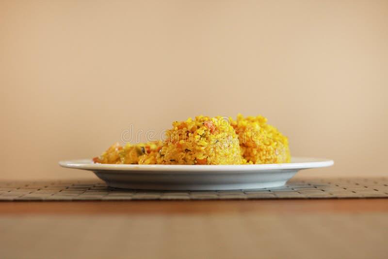 Желтый рис на белой плите в ресторане стоковые фотографии rf