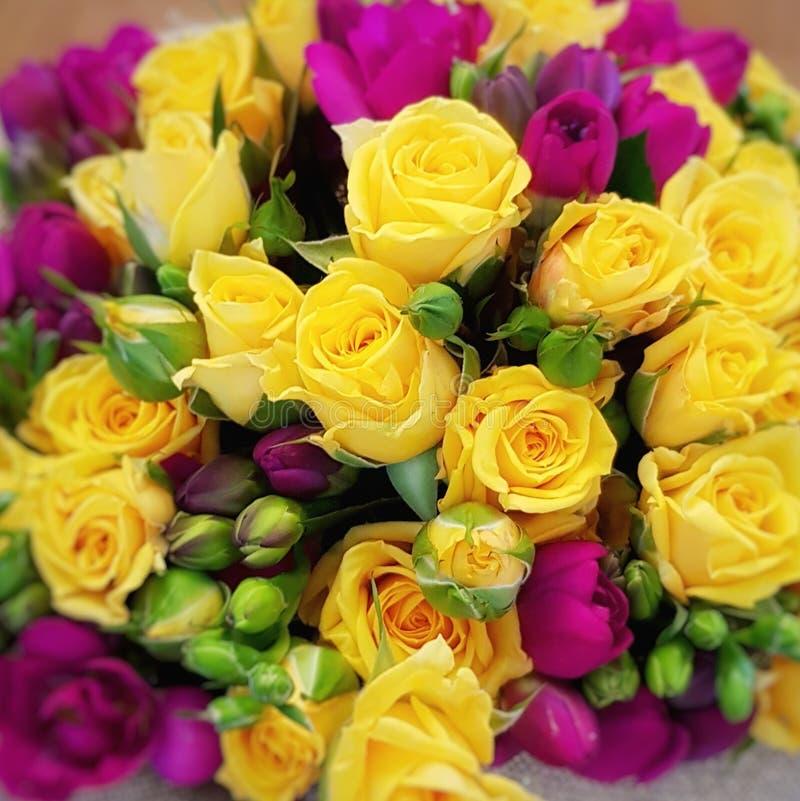 Желтый розовый букет стоковая фотография