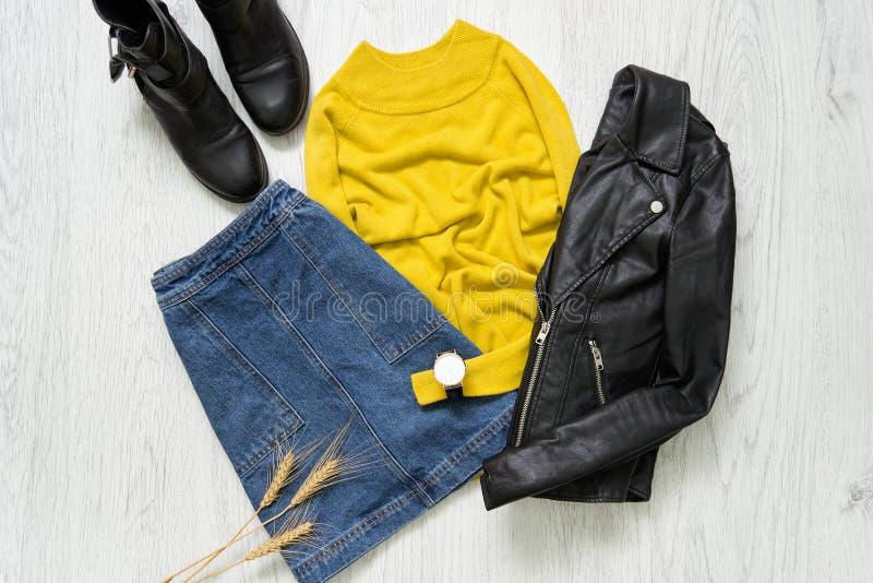 Желтый свитер, вахта, черная куртка и юбка джинсов Fashionabl стоковое изображение