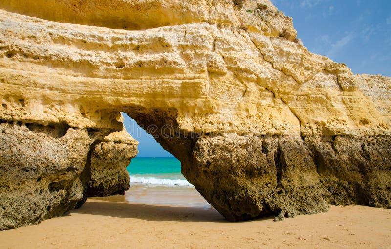 Желтый свод известняка на песчаном пляже золота, городке Portimao, Португалии стоковое изображение rf