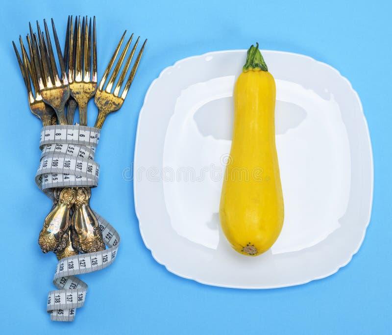 Желтый сквош на белой керамической плите стоковое фото