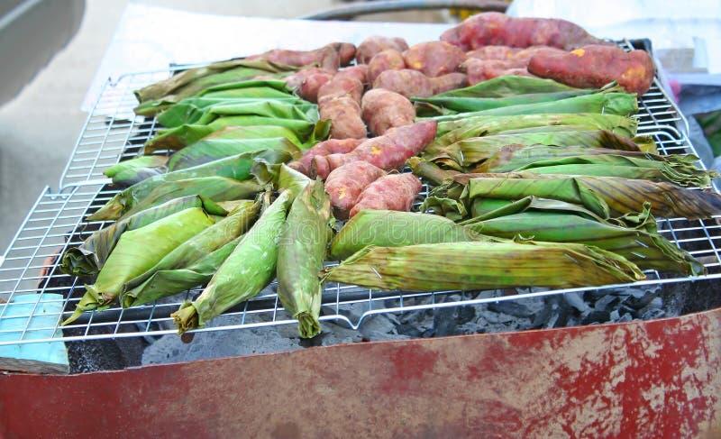 Желтый сладкий картофель и черный липкий рис с молоком кокоса, таро прыгнутым плотно в листьях Kao Niew Piak банана на угле стоковые изображения