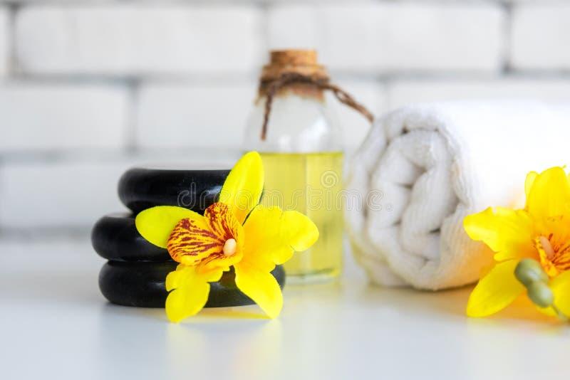 Желтый спа ароматерапии орхидеи со свечой Тайский курорт ослабляет обработки и предпосылку белизны массажа стоковое фото rf