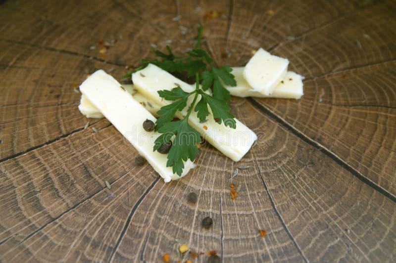 Желтый сыр на древесине стоковые фото