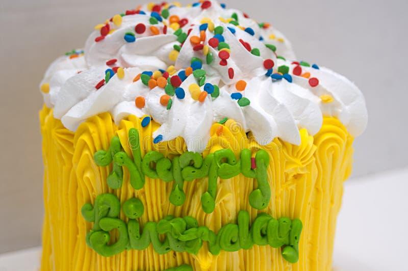 Желтый торт с с днем рождения стоковое фото rf