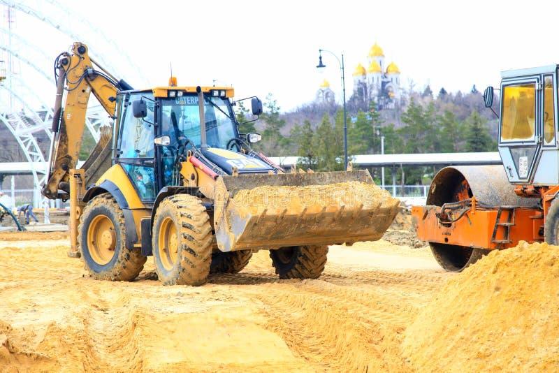 Желтый трактор в earthwork работы стоковые изображения rf