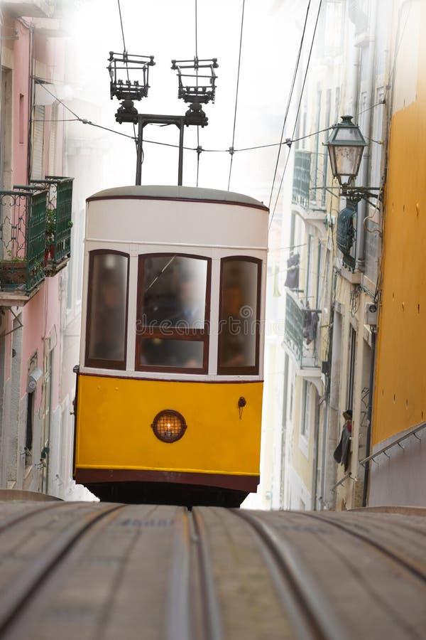 Желтый трамвай в узкой улочке в Лиссабоне стоковое фото rf
