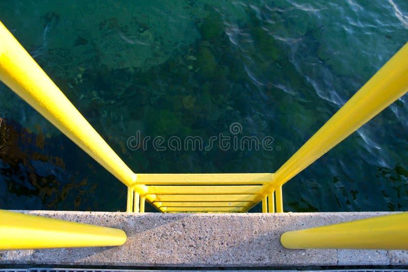 Желтый трап на конкретной пристани стоковые фото