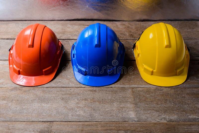 Желтый цвет, апельсин и голубой защитный шлем безопасности стоковое изображение rf