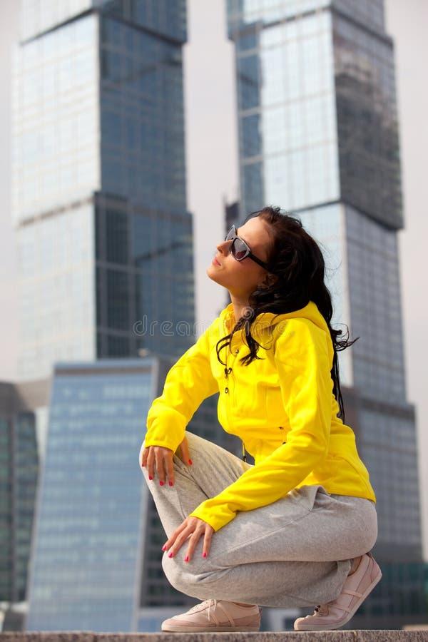 желтый цвет брюнет блейзера стоковые изображения