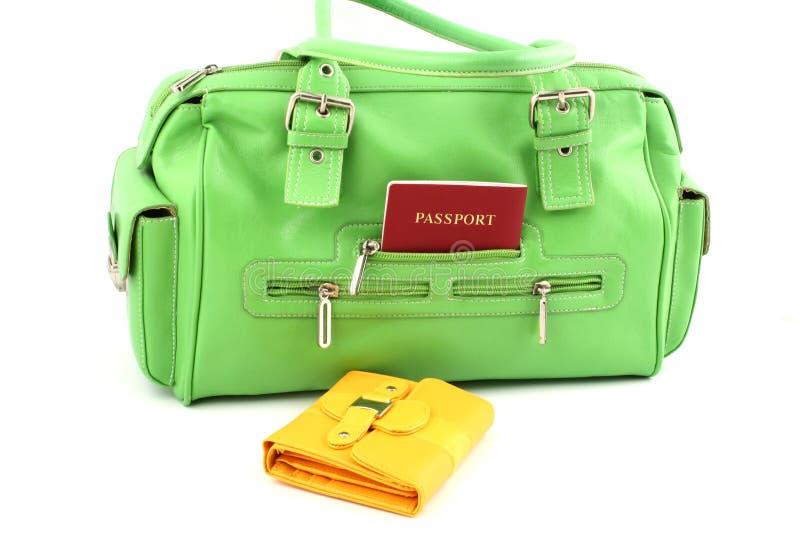 желтый цвет бумажника мешка зеленый стоковое фото