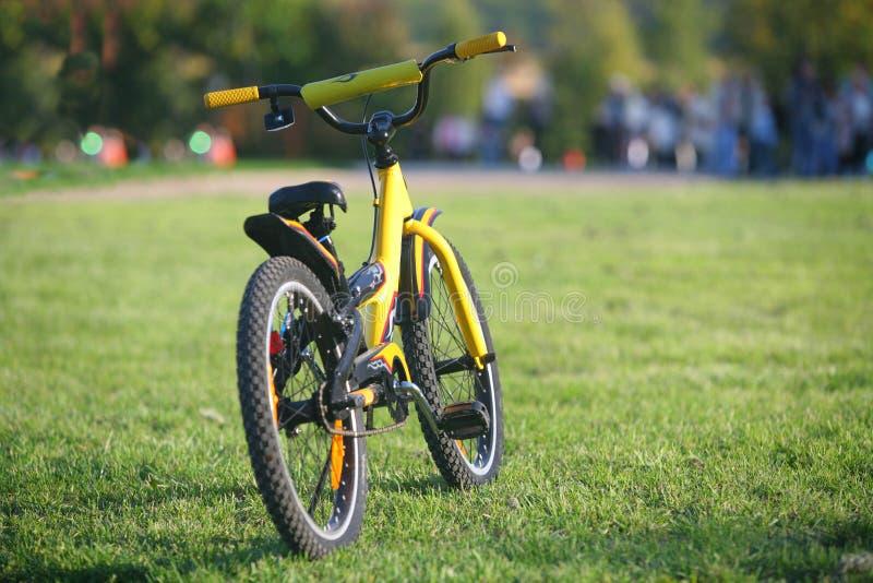желтый цвет велосипеда стоковое изображение