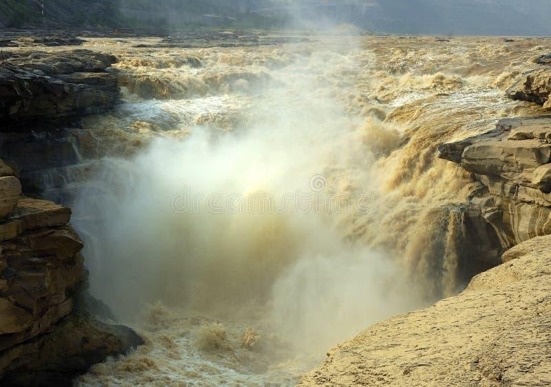 желтый цвет водопада реки magnificence hukou стоковые изображения rf