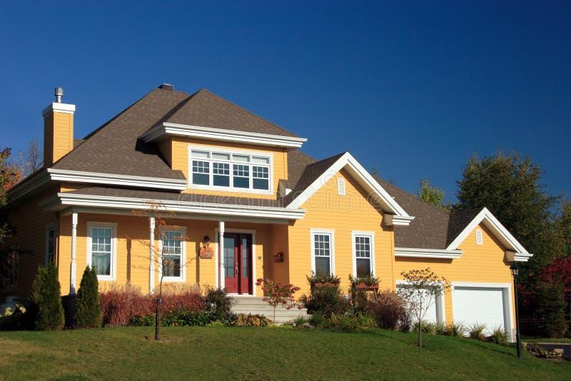 желтый цвет деревенского дома стоковые изображения rf