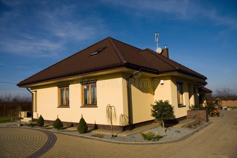 желтый цвет дома семьи одиночный стоковые изображения rf