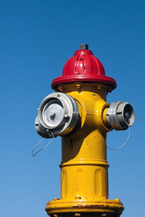 желтый цвет жидкостного огнетушителя красный стоковое изображение rf