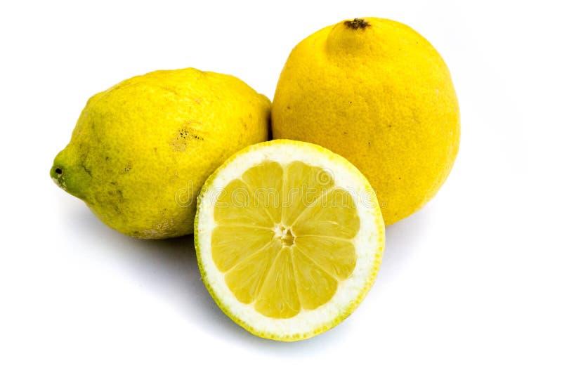 Желтый цвет лимонов лимона изолировал резать белый отрезок выреза предпосылки стоковая фотография