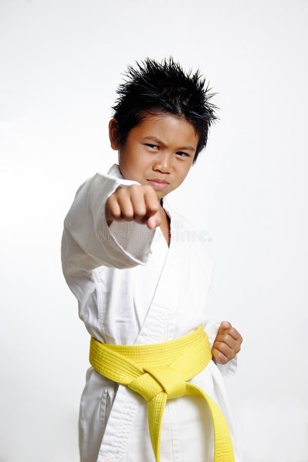 желтый цвет мальчика пояса практикуя стоковые фотографии rf