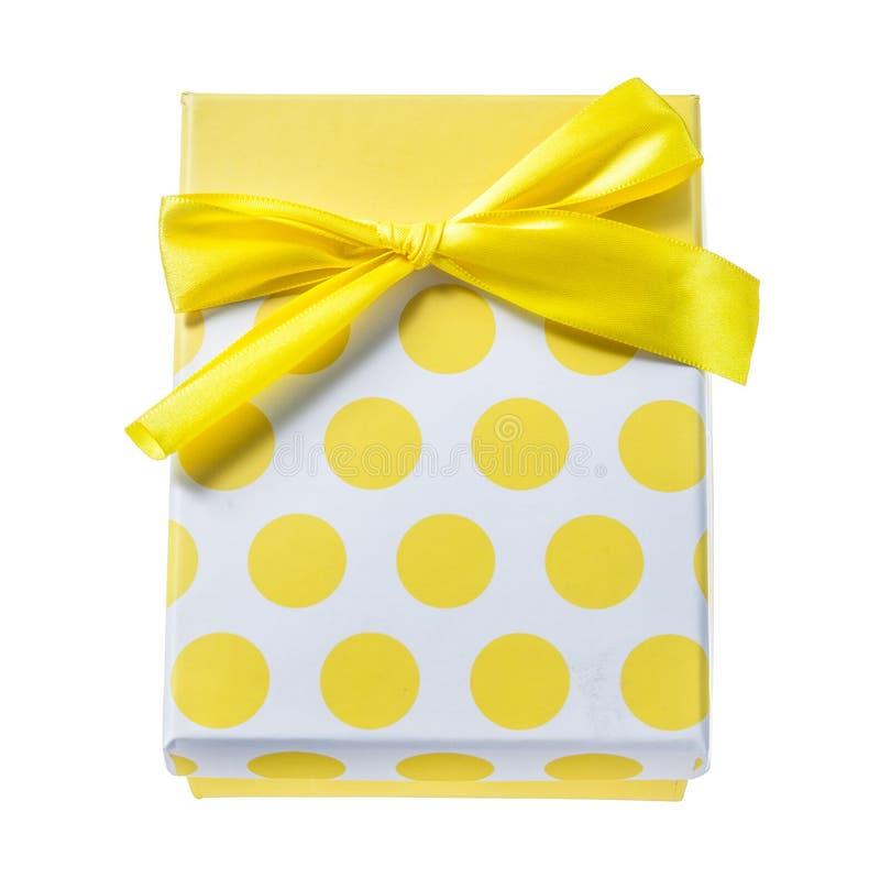 Желтый цвет обернул присутствующую коробку изолированную на белизне стоковые изображения rf
