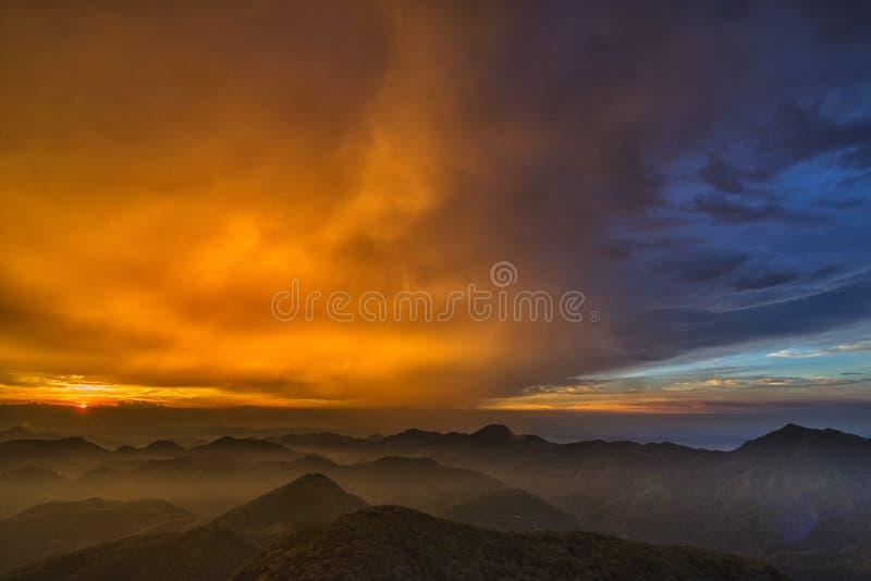 Желтый цвет пасмурный в небе стоковая фотография rf