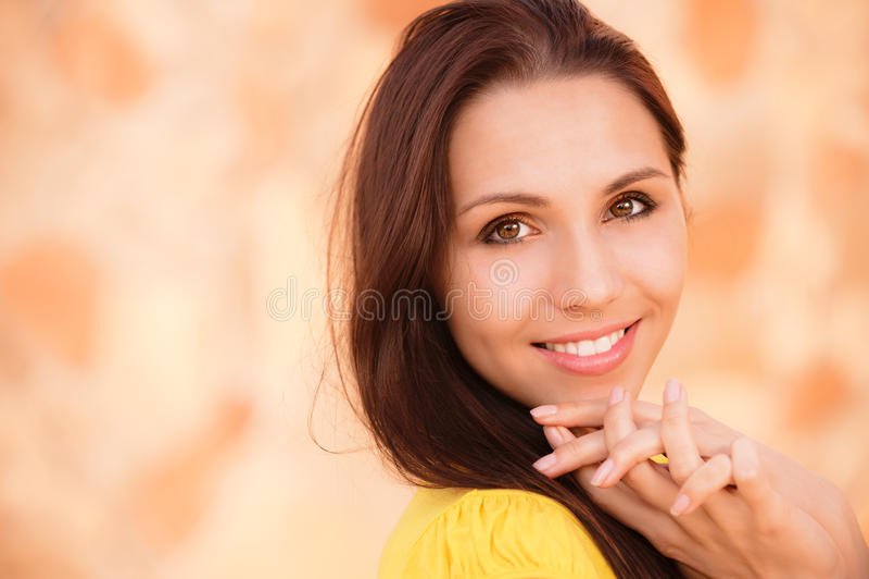 желтый цвет портрета девушки сь стоковые фото