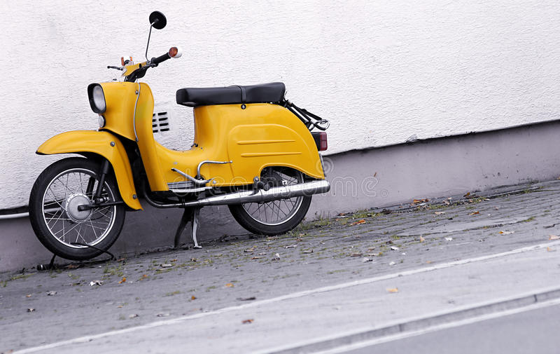 желтый цвет самоката стоковые изображения rf