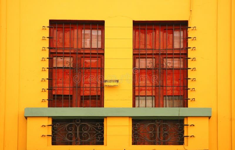желтый цвет стены здания стоковая фотография