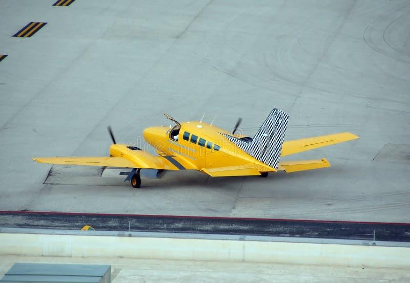 желтый цвет таксомотора хартии самолета стоковые изображения