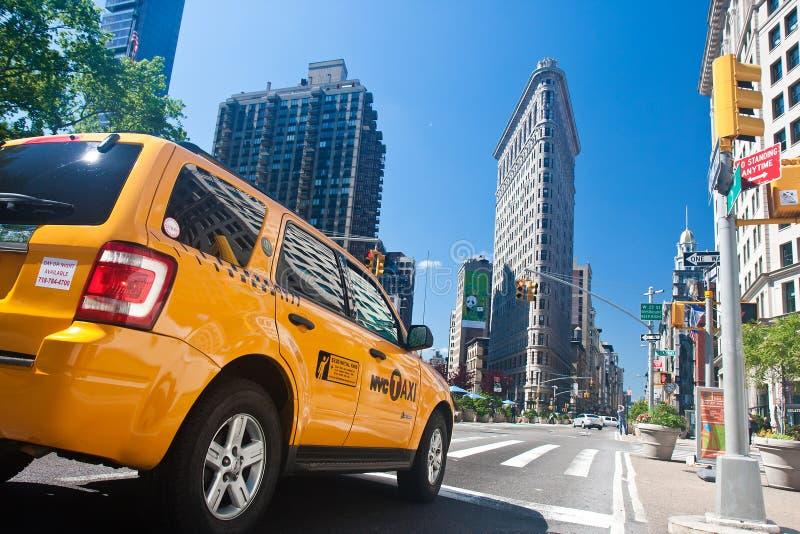 желтый цвет таксомотора flatiron здания стоковая фотография rf