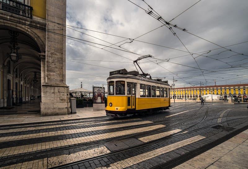 желтый цвет трама lisbon Португалия стоковое изображение
