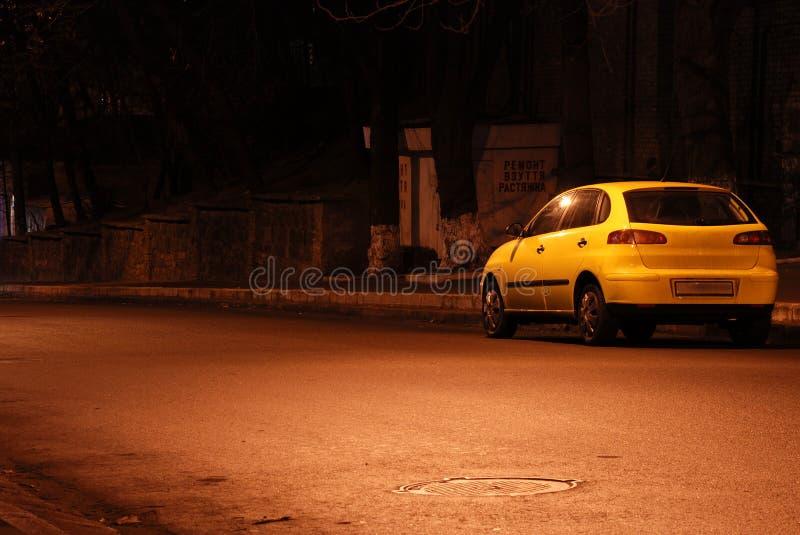 желтый цвет улицы ночи автомобиля пустой стоковое изображение