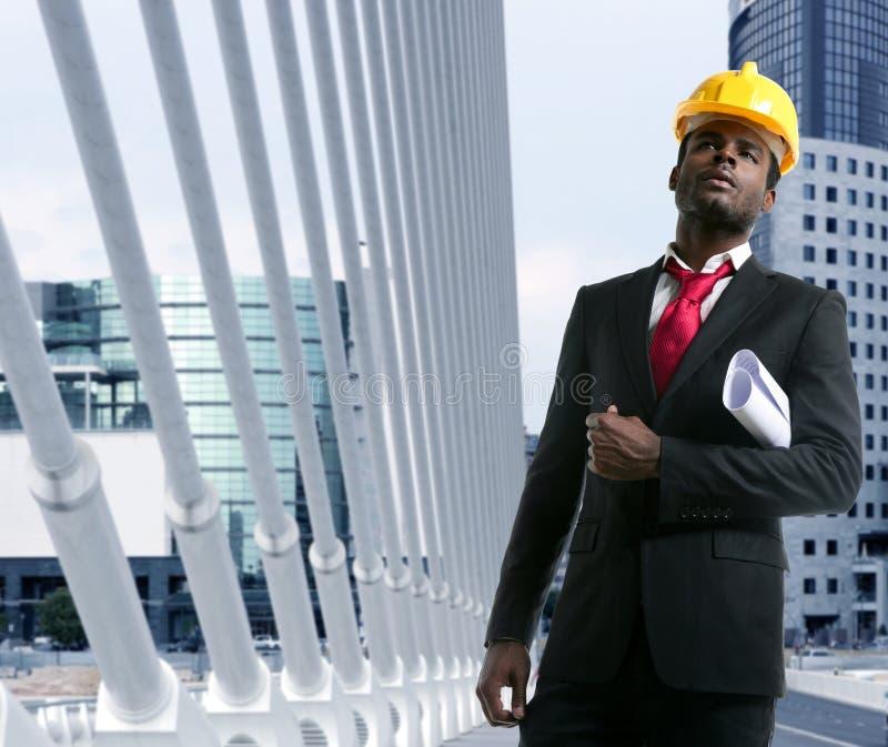 желтый цвет hardhat инженера архитектора афроамериканца стоковые изображения rf