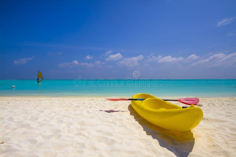 желтый цвет kayak пляжа стоковые изображения