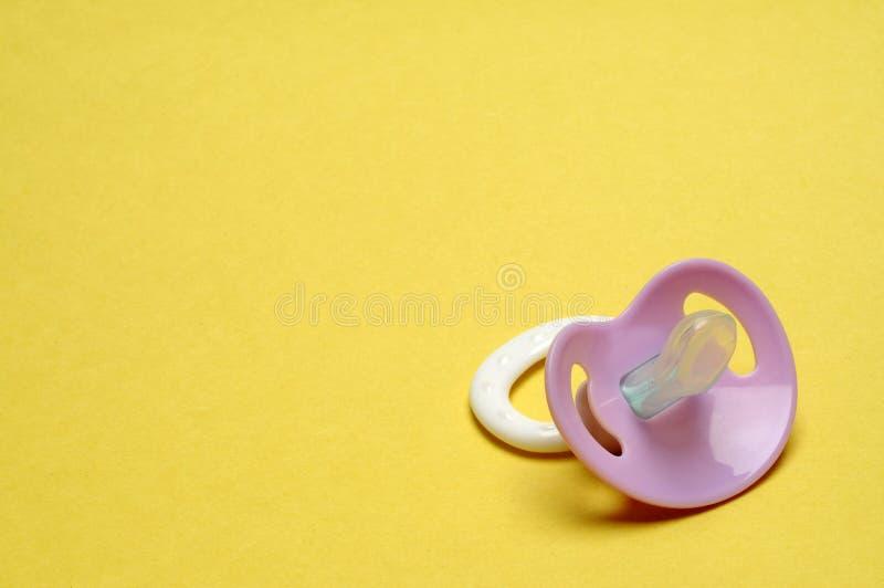 желтый цвет pacifier предпосылки думмичный стоковое фото rf