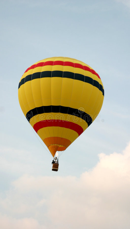 Download желтый цвет Striped воздушным шаром Стоковое Изображение - изображение насчитывающей гелий, корзины: 54577