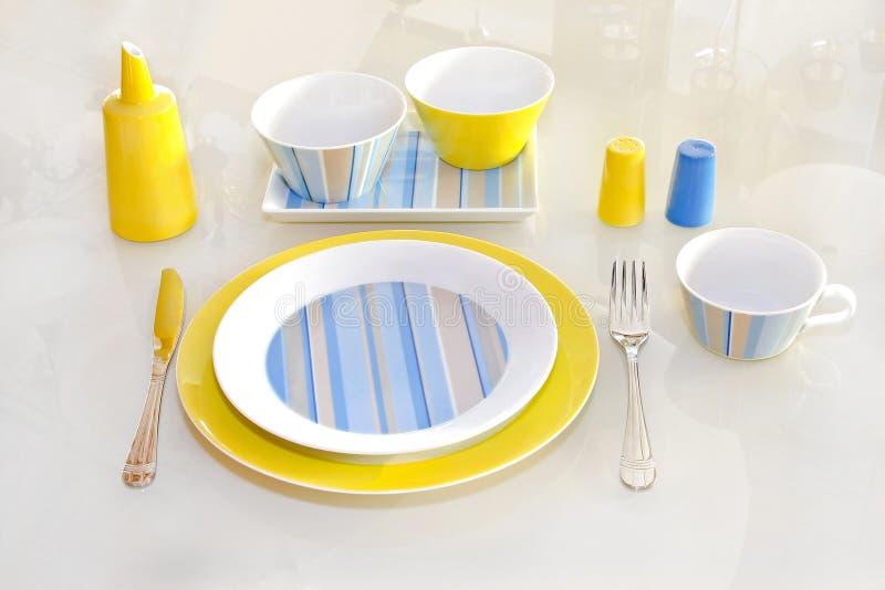 желтый цвет tableware стоковое изображение rf