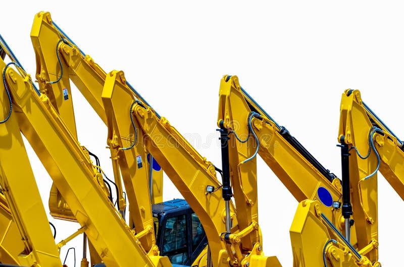Желтый backhoe с гидравлической рукой поршеня изолированной на белизне Тяжелая машина для раскопк в строительной площадке Гидравл стоковые изображения rf