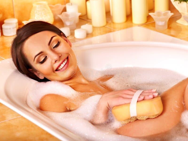 Жемчужная ванна взятия женщины стоковое фото rf